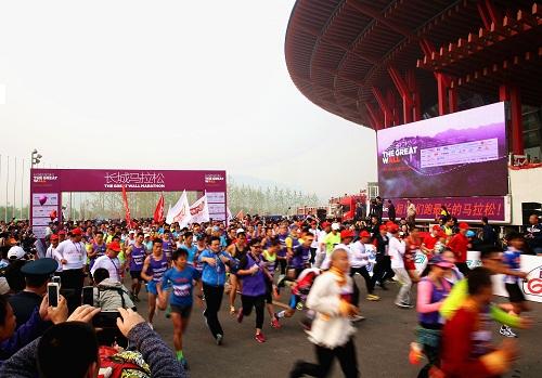 奥运冠军在北京雁栖湖国际会展中心领跑长城马拉松